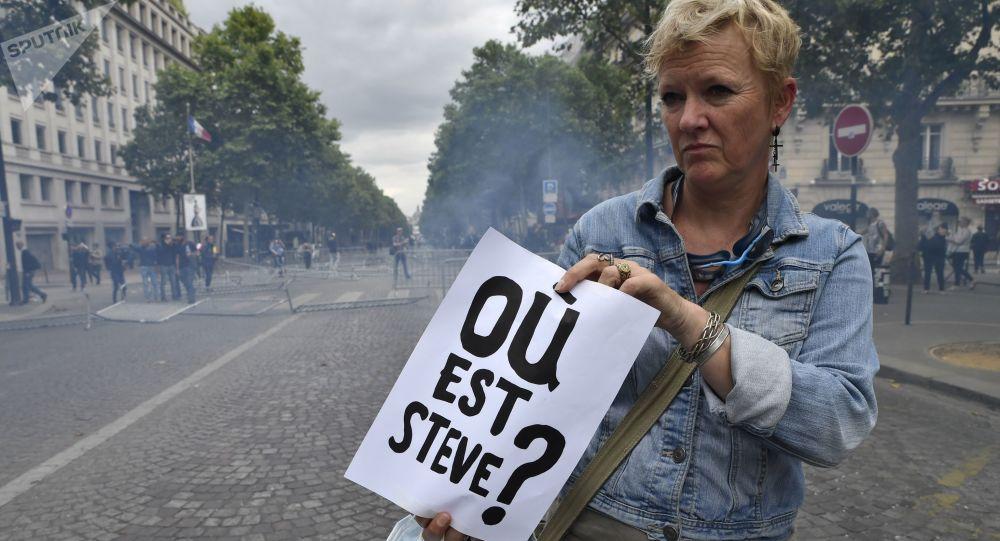 Une femme avec une affiche disant «Où est Steve?» à Paris