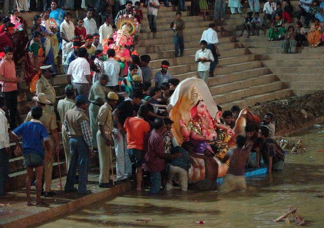Immersions de Ganesh dans le cadre des célébrations de la fête indienne Ganesh Chaturthi