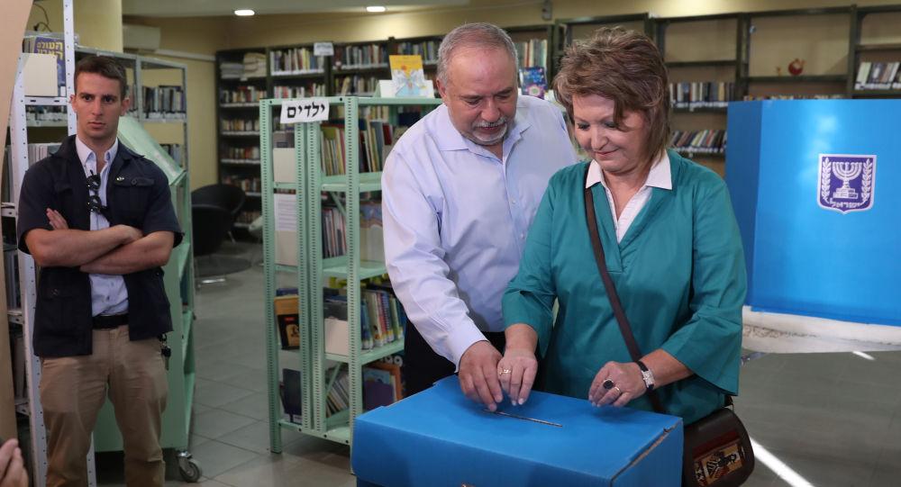 Avigdor Lieberman et sa femme votent le 17 septembre lors de législatives