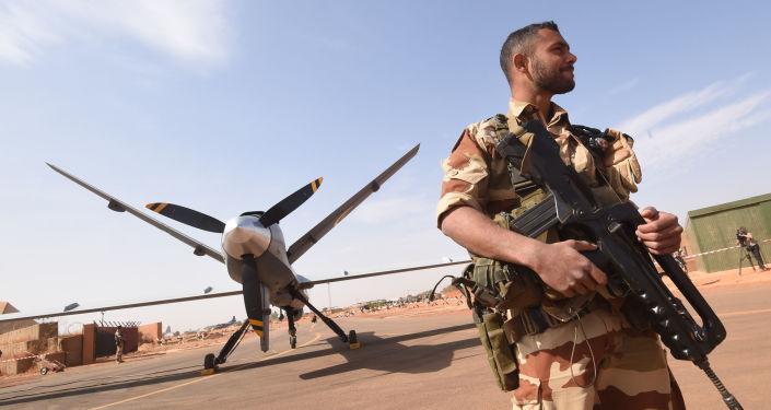 Un soldat français près d'une base militaire à Niamey, au Niger@ AFP/12 janvier 2015