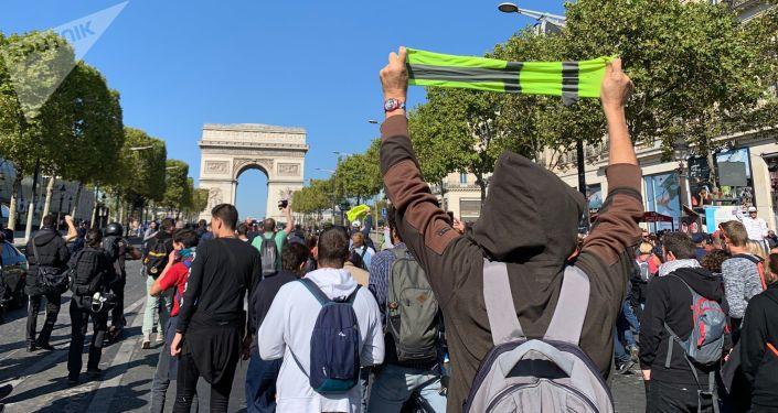Acte 45 des Gilets jaunes à Paris: premiers tirs de lacrymogènes et interpellations