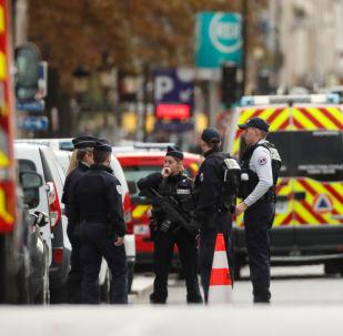 Des policiers devant la préfecture de police de Paris