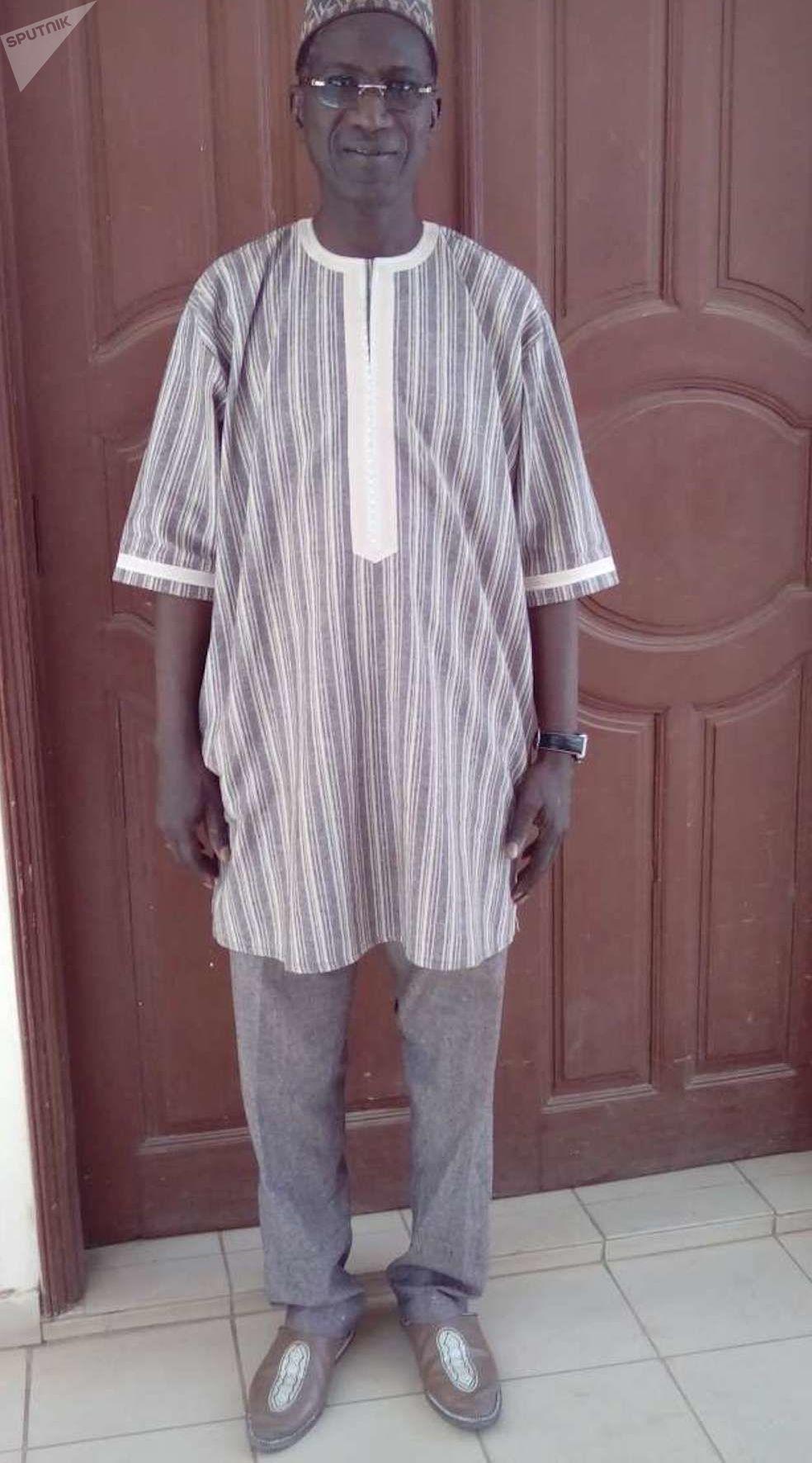 Le maire de Mékhé Magatte Wade en tenue traditionnelle devant chez lui