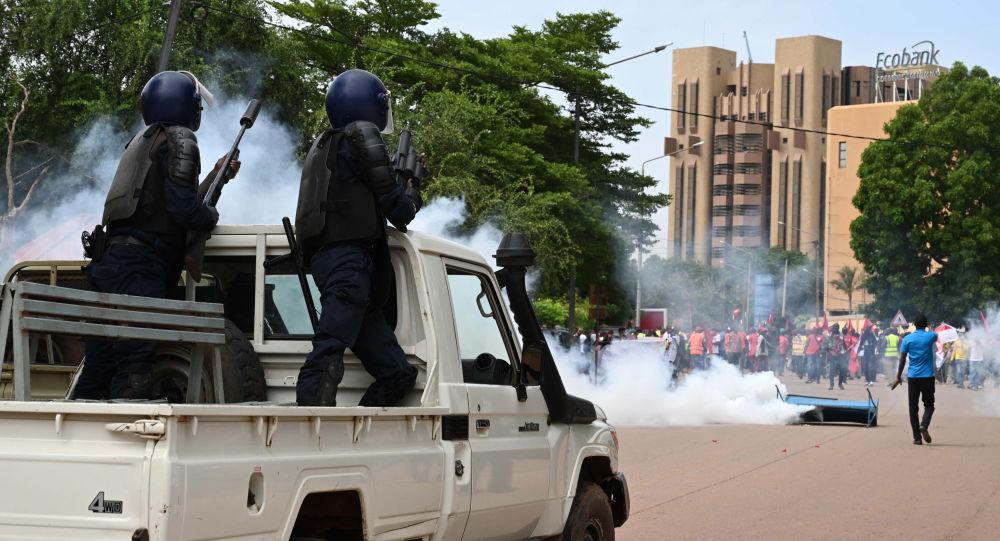 La police disperse avec des gaz lacrymogènes une marche de protestation à Ouagadougou, le 16 septembre 2019
