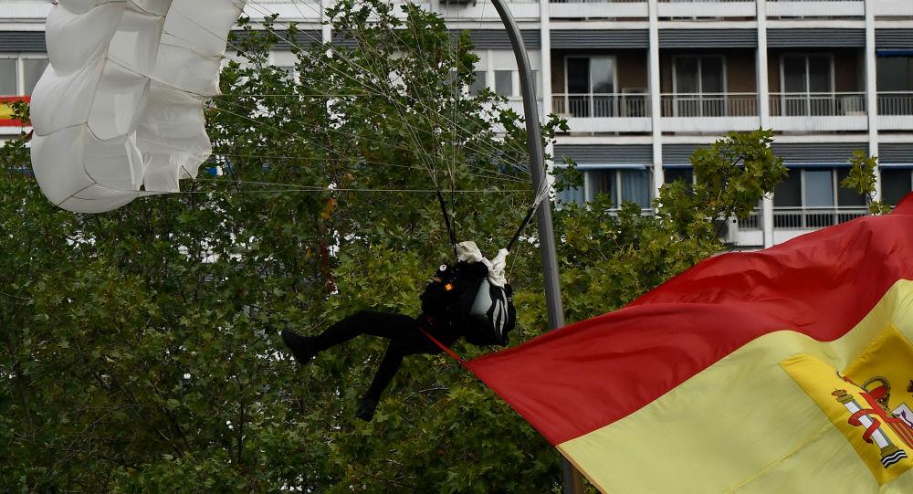 Un parachutiste heurte un lampadaire en plein défilé militaire à Madrid