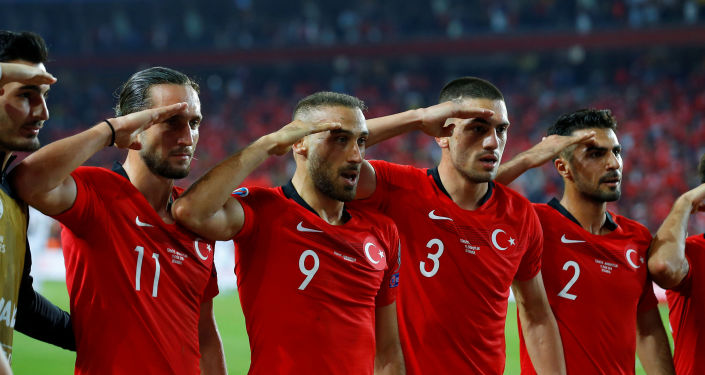 La sélection turque fait un salut militaire durant les éliminatoires pour l'Euro-2020