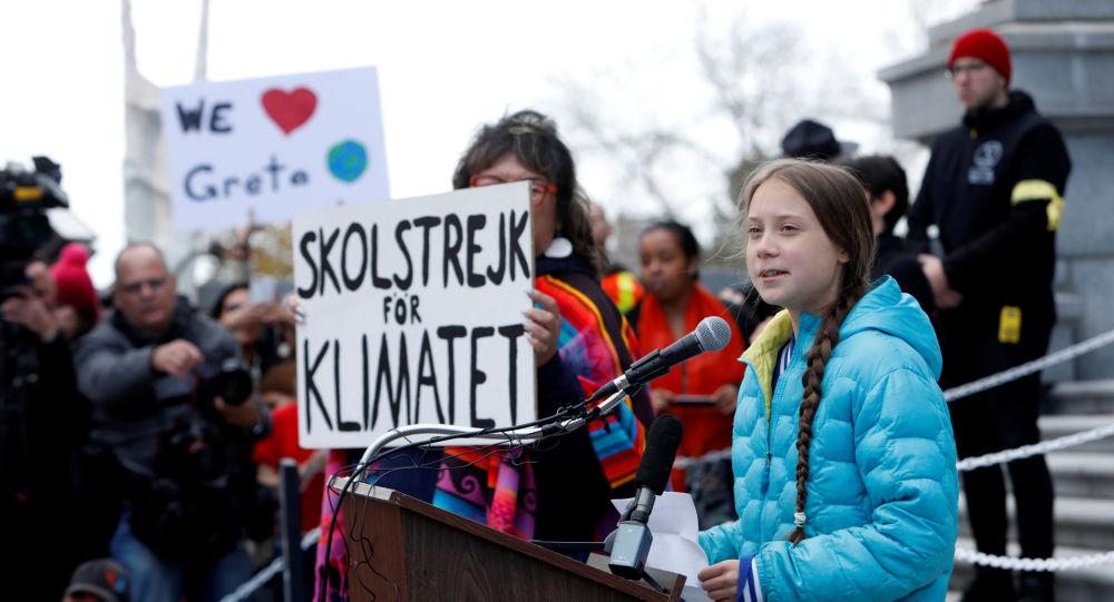 Une peinture murale de Greta Thunberg dégradée et couverte d'insultes au Canada - images