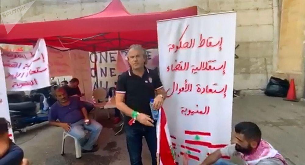 Des protestataires sur la place Riad el-Solh, au centre de Beyrouth