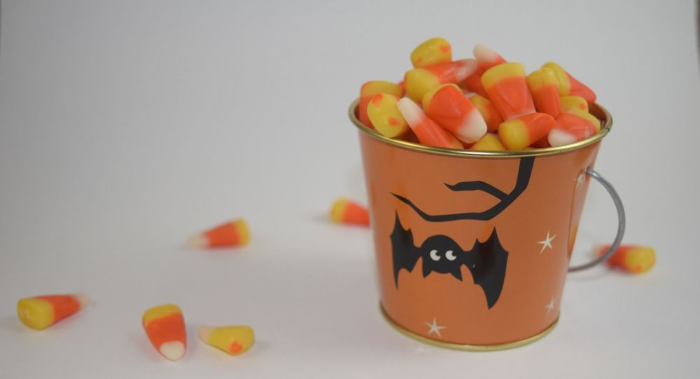 Il offre à des enfants des bonbons avec des lames de rasoir pour Halloween - photos
