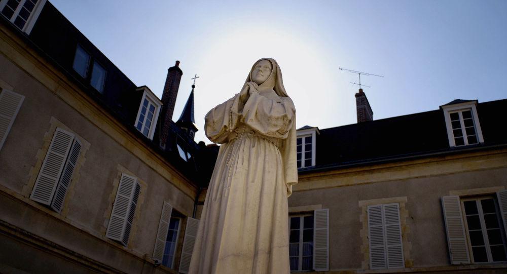 une statue de Sainte Bernadette, image d'illustration