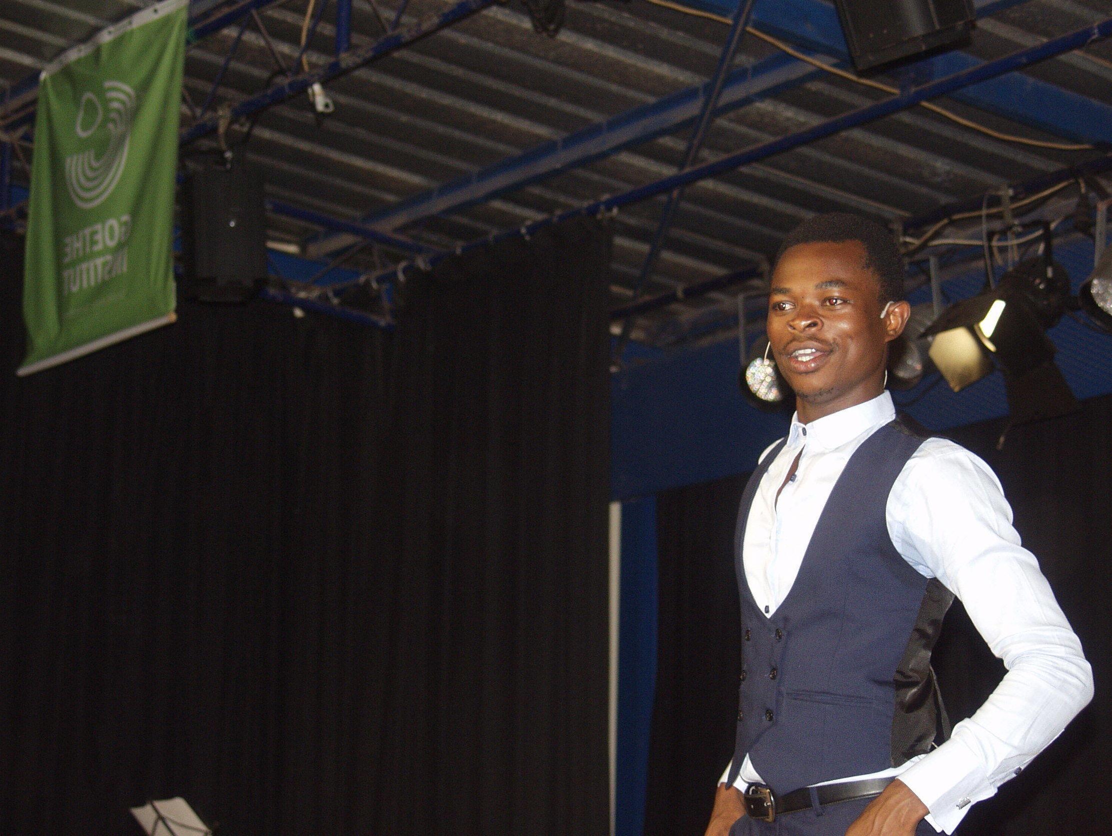 Ulrich Takam sur scène lors d'un spectacle à Yaoundé