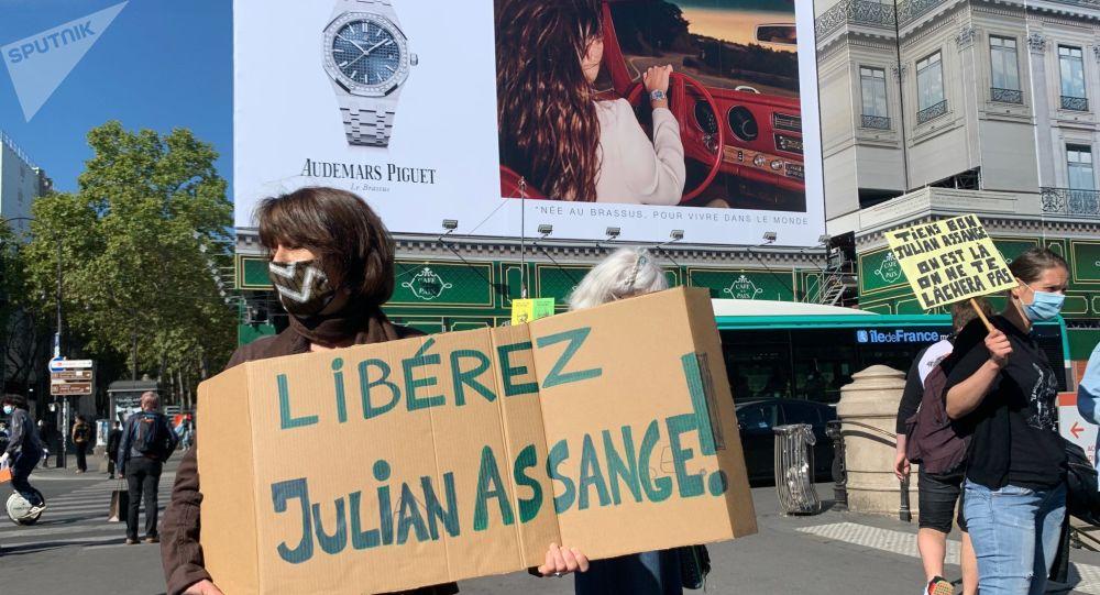 Des Parisiens manifestent devant l'Opéra en soutien à Julian Assange – vidéos