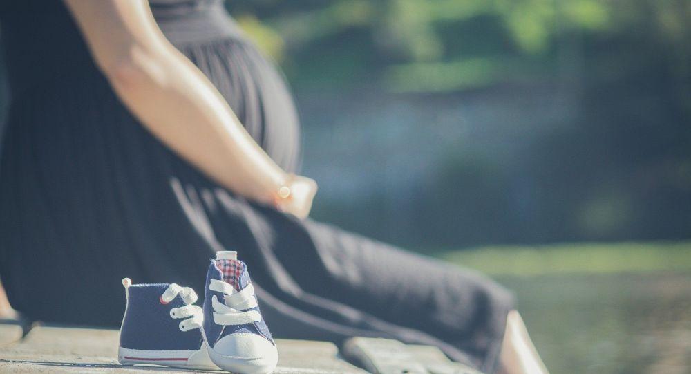 Véran pousse à la vaccination des femmes enceintes, contredisant l'OMS
