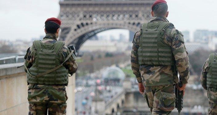 Soldats en patrouille à Paris