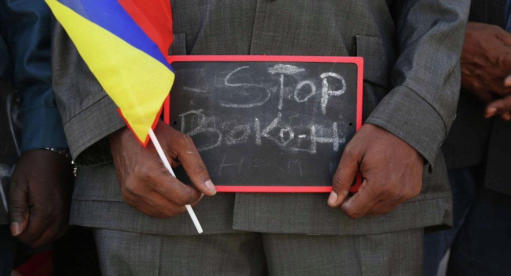 Un homme tenant le signe Stop Boko Haram, Tchad