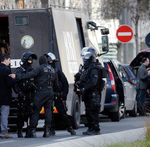 Agents de police près de un bureau de Poste de Colombes, à l'ouest de Paris