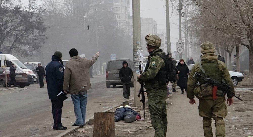 Украинские военные на улицах Мариуполя после обстрела