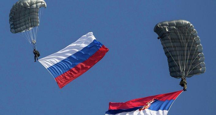 Parachutistes avec les drapeaux nationaux serbes et russes
