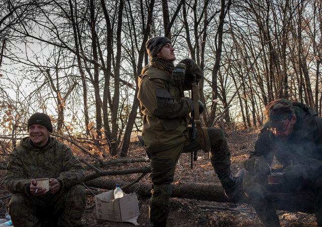 Ополченцы Луганской народной республики на первой линии обороны в Славяносербском районе неподалеку от Луганска
