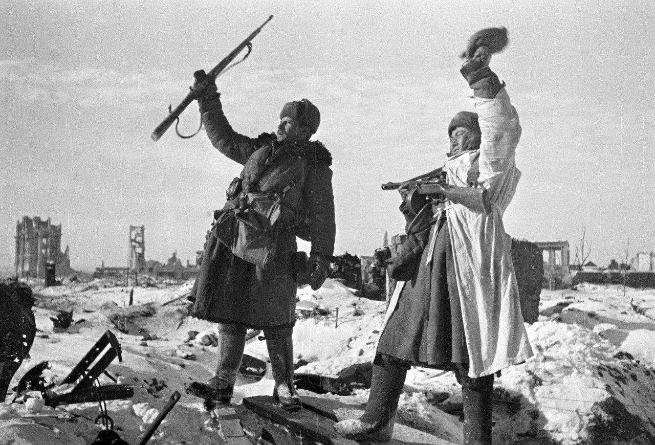 Солдаты радуются освобождению Сталинграда
