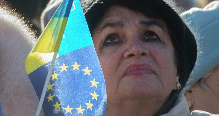 Femme brandissant un drapeau ukraino-européen