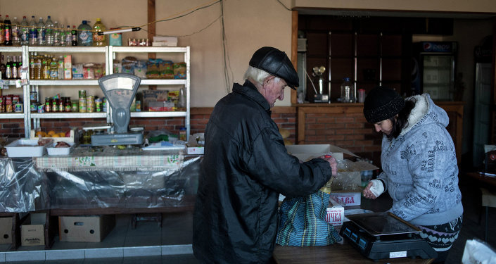 Мужчина в продуктовом магазине в поселке Новосветловка в Луганской области