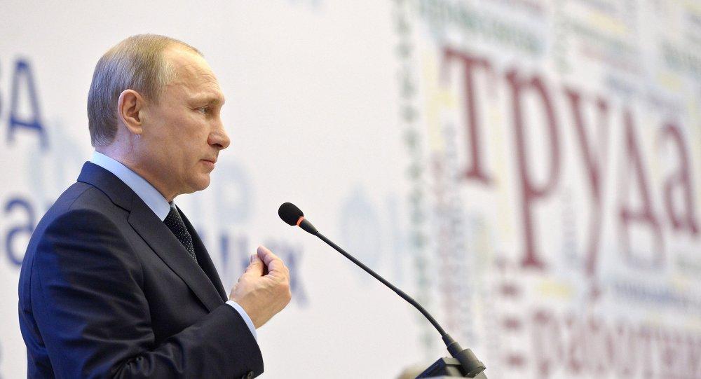 Le président russe Vladimir Poutine lors du IXe congrès de la Fédération des syndicats indépendants de Russie qui se déroule à Sotchi
