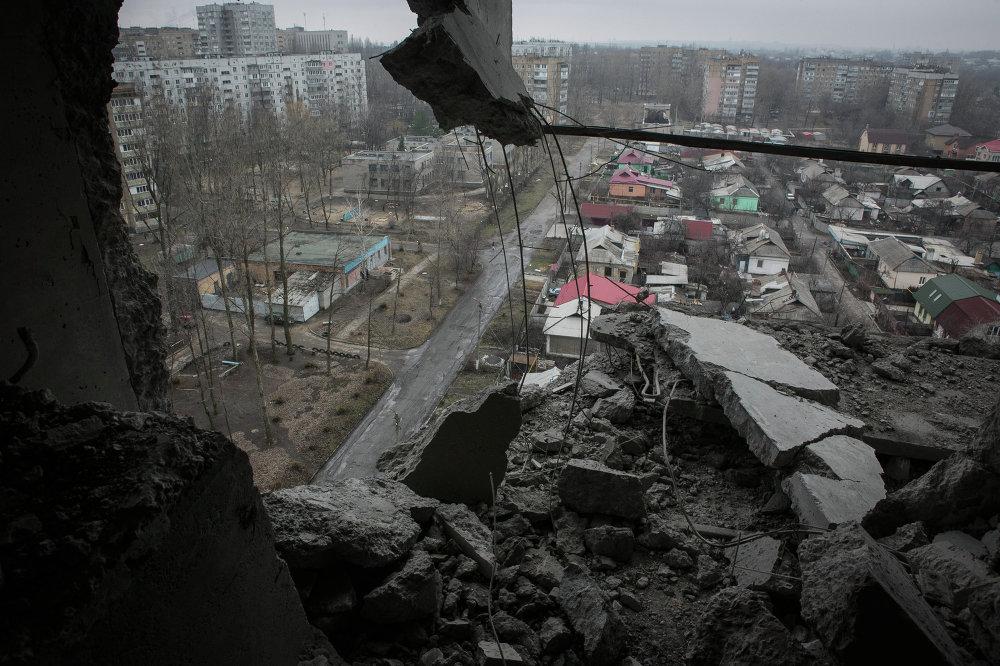 Une vue de Donetsk prise depuis un appartement endommagé par un obus ukrainien