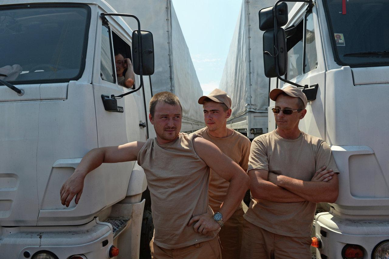 Des chauffeurs de camions transportant de l'aide humanitaire russe pour l'Ukraine