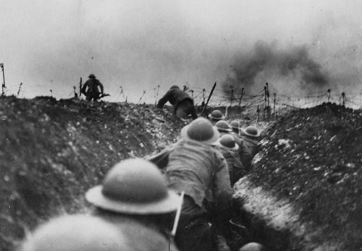 Des soldats britanniques sur un champ de bataille