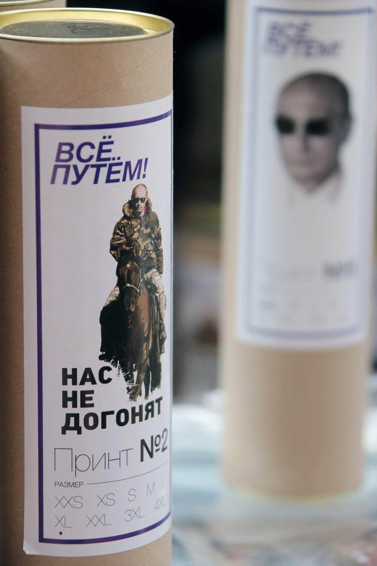 La présentation de tee-shirts à l'effigie du président russe Vladimir Poutine