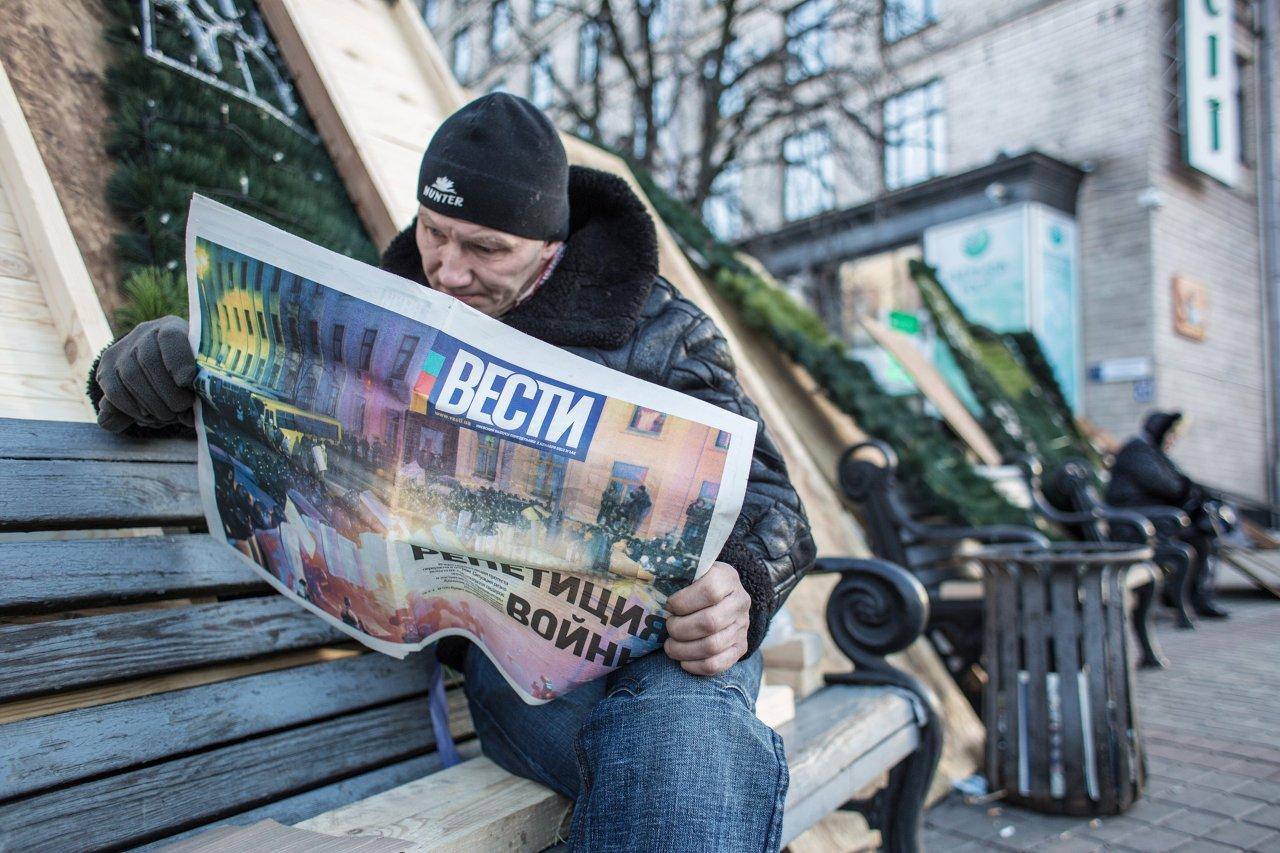 Un partisan de l'intégration européenne de l'Ukraine sur les barricades de la place de l'Indépendance (maïdan Nezalejnosti) à Kiev