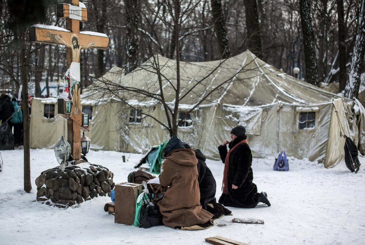 Des croyants lors d'une prière à la cité de toile des sympathisants du Parti des régions à Kiev