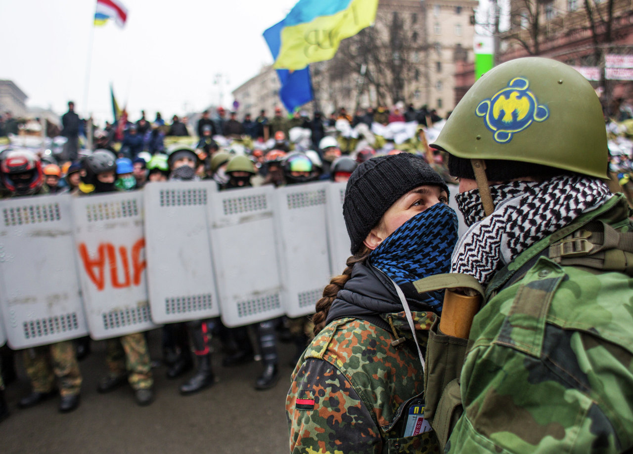 Les détachements de l'Autodéfense du Maïdan près des barricades dans la rue Krechtchatik lors d'une tentative des partisans du président Ianoukovitch de démonter les barricades