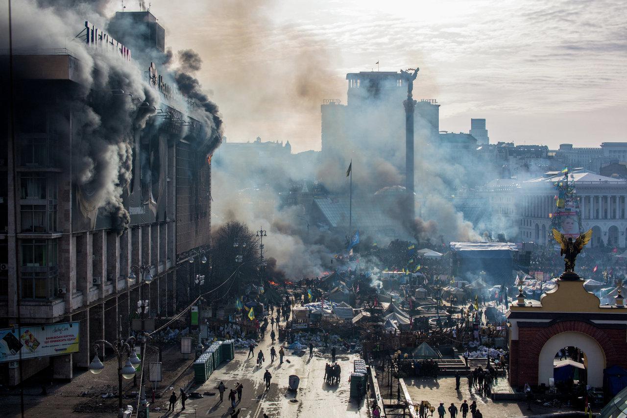 Des opposants dans la fumée de l'incendie sur le Maïdan à Kiev au début des heurts entre police et manifestants