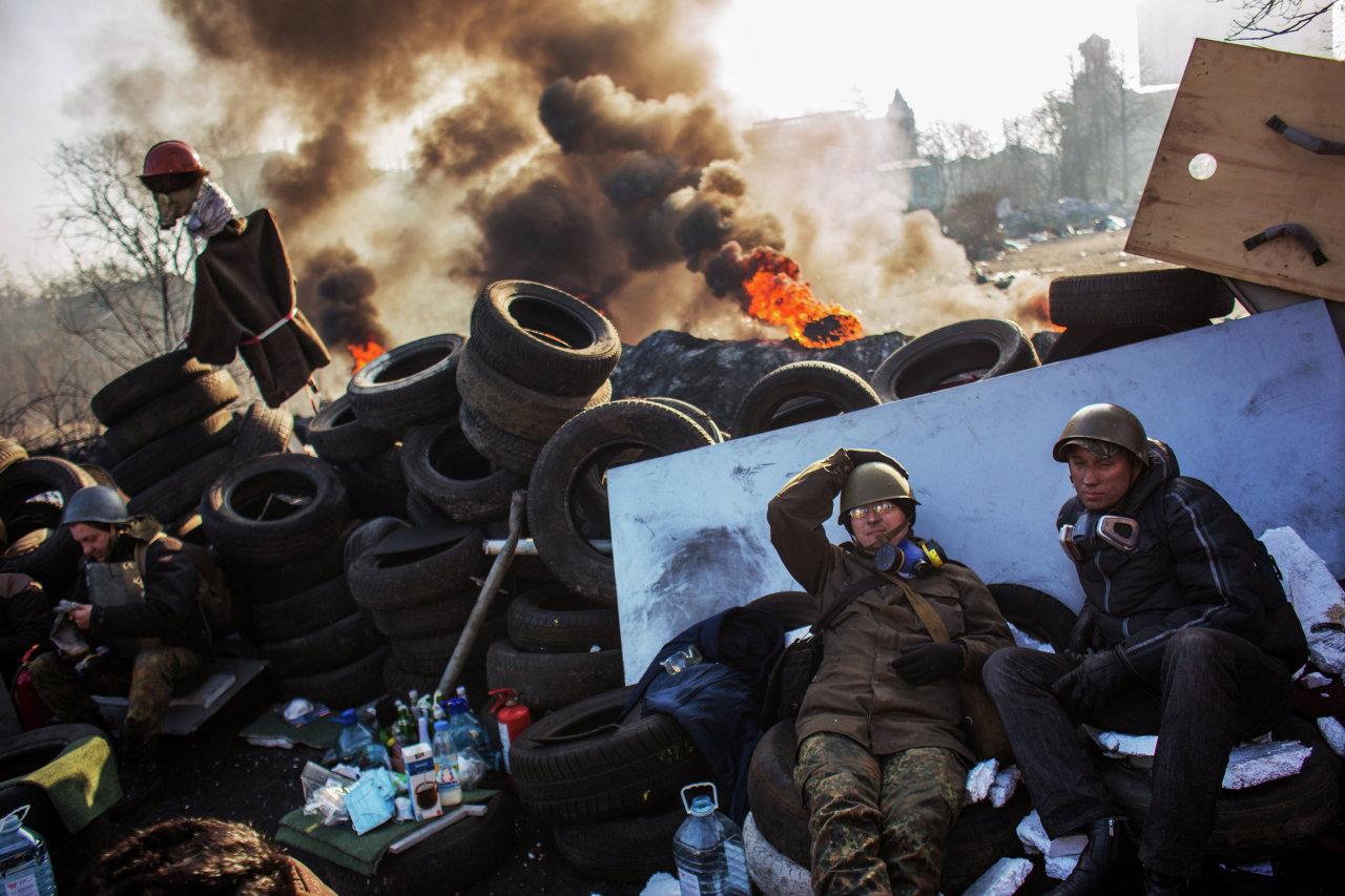 Des partisans de l'opposition radicale sur une barricade à Kiev