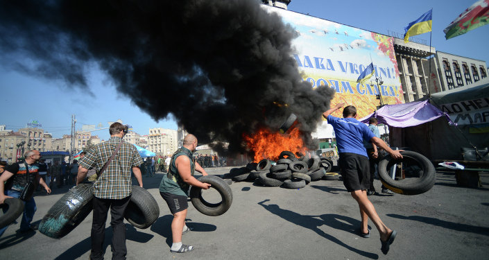 Митингующие жгут покрышки на площади Независимости в Киеве