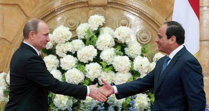 Vladimir Poutine (à gauche) et Abdel Fattah al-Sissi