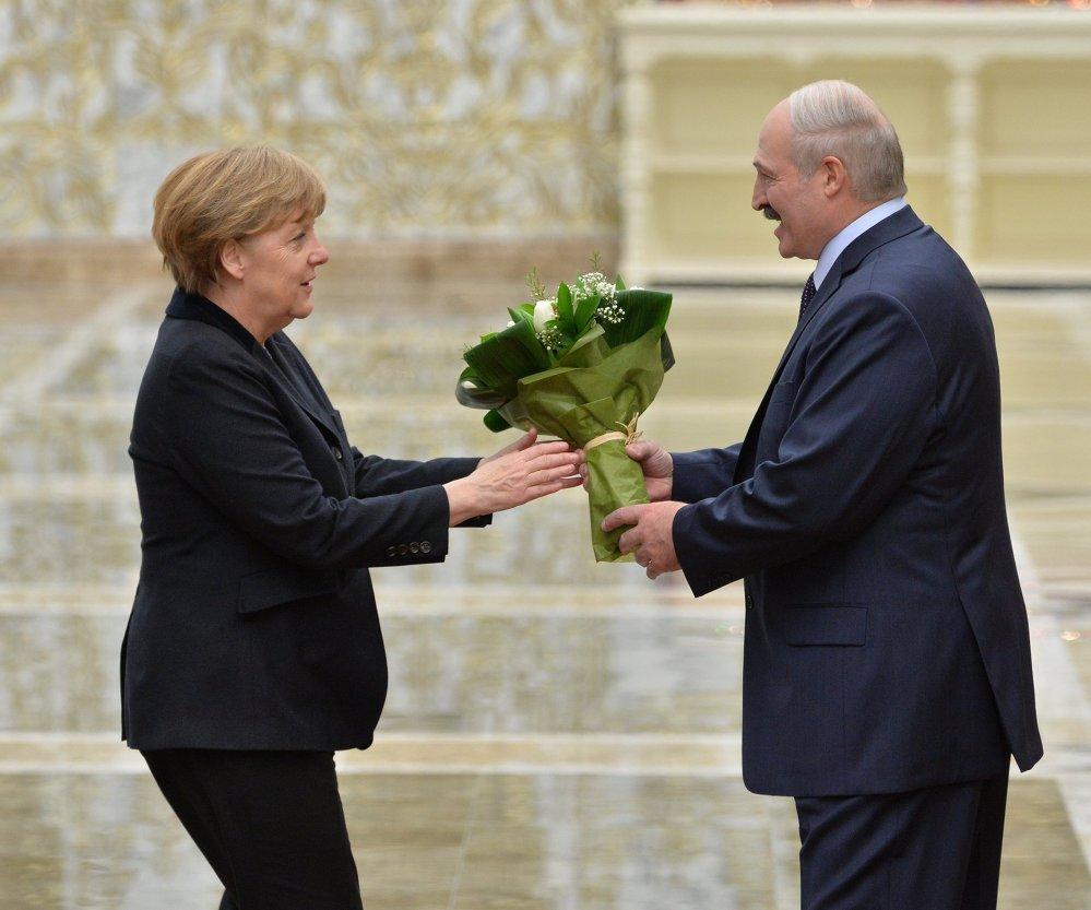 La chancelière allemande Angela Merkel et le président biélorusse Alexandre Loukachenko avant le début du sommet au format Normandie