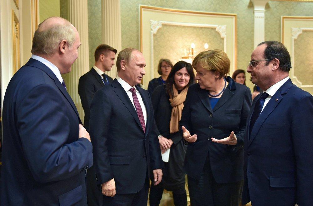 Le président biélorusse Alexandre Loukachenko, le président russe Vladimir Poutine, la chancelière allemande Angela Merkel et le président français François Hollande avant le début du sommet au format Normandie