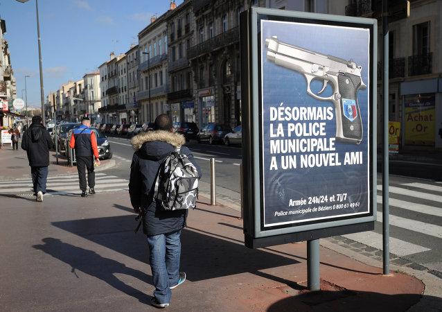 Une affiche proclamant Désormais, la police municipale a un nouvel ami à Béziers