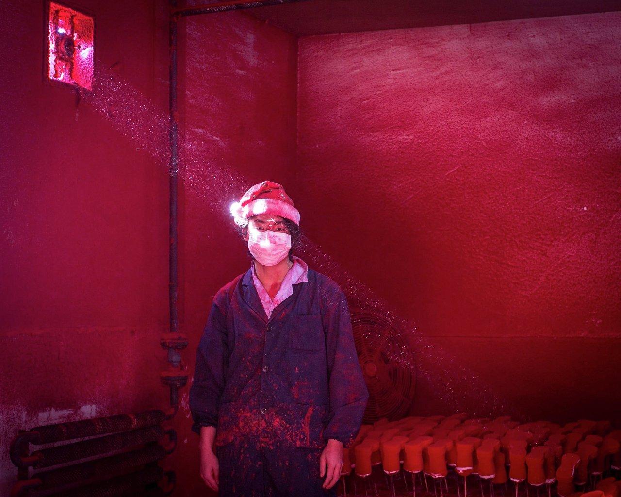 Le Chinois Wei a 19 ans et est ouvrier dans une usine de décorations de Noël. Une photo par Ronghui Chen