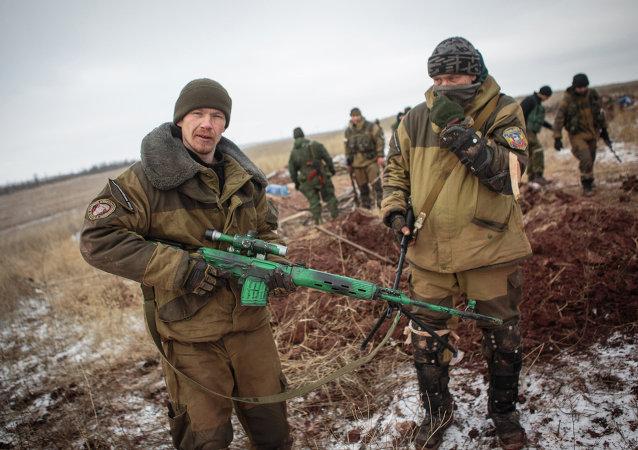 Combattants dans une position de combat près du village de Mala Horlivka dans la région de Donetsk