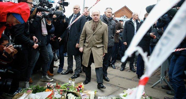 Le ministre français de l'Intérieur Bernard Cazeneuve (C) à Copenhague, le 15 février 2015