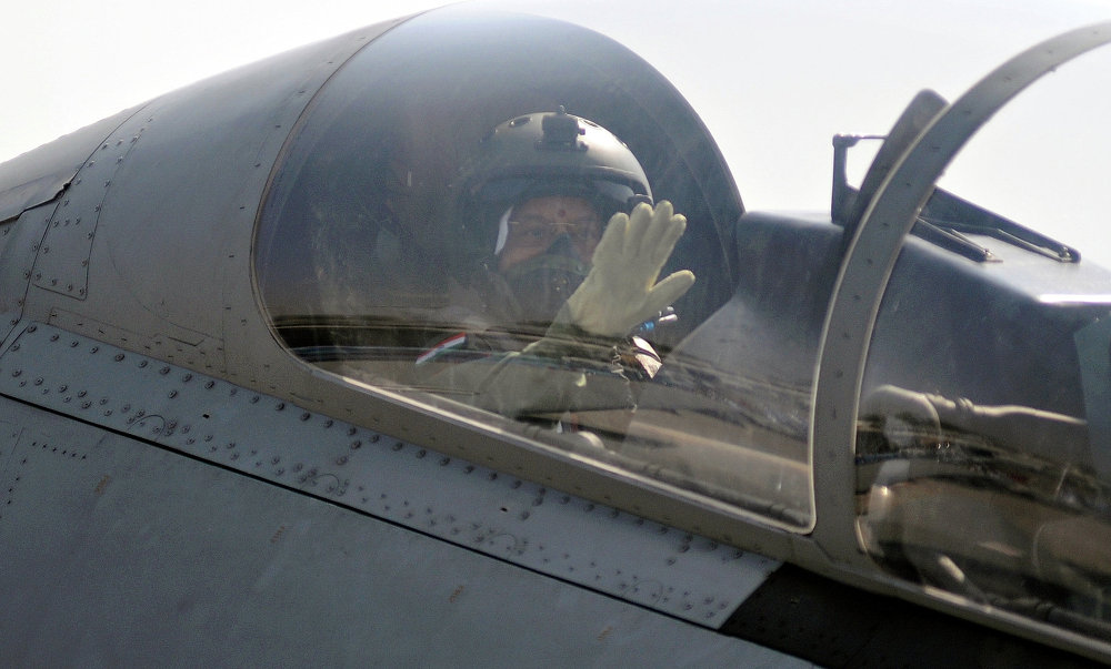 Le 25 novembre 2009, la première femme présidente de l'Inde, Pratibha Patil (74 ans), a effectué un vol à bord d'un chasseur biplace Su-30MKI en service dans les forces aériennes du pays.