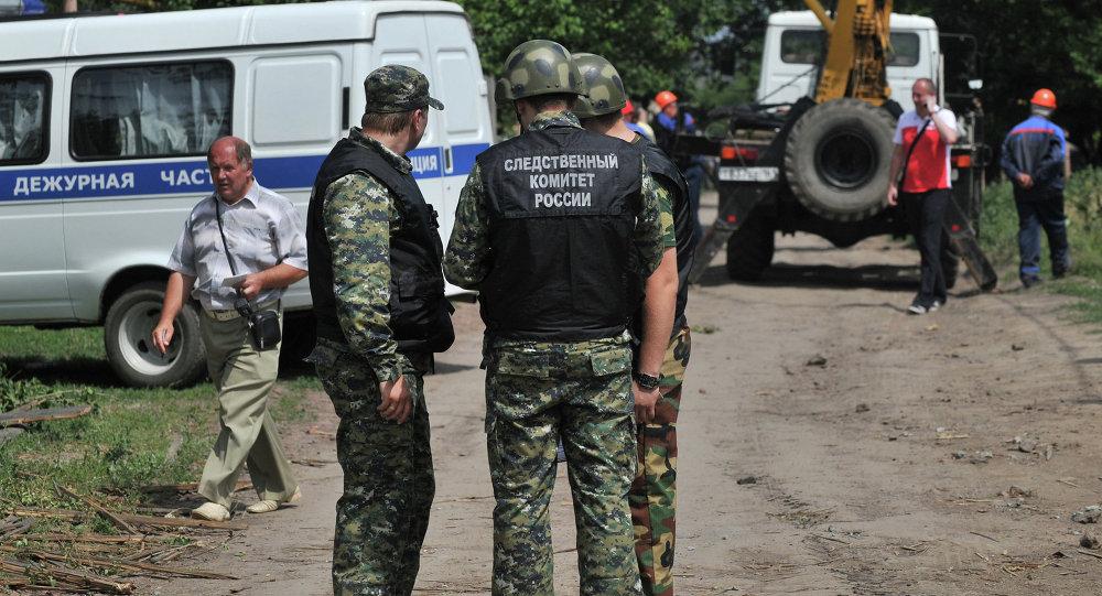 Сотрудники правоохранительных органов у одного из частных домов в городе Донецке Ростовской области