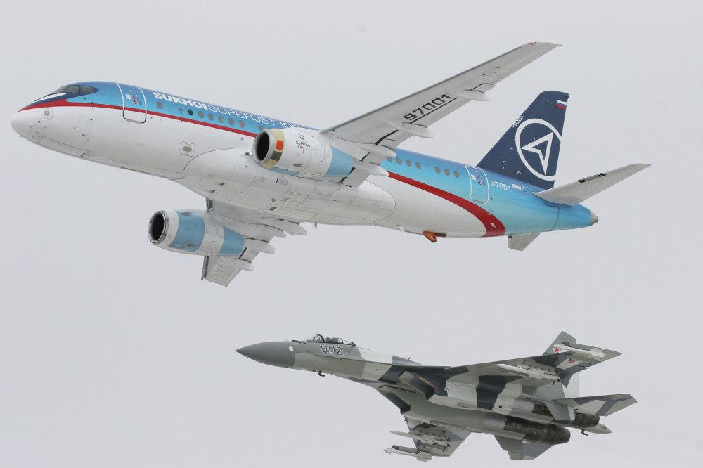 Un SuperJet-100 accompagné d'un Su-35