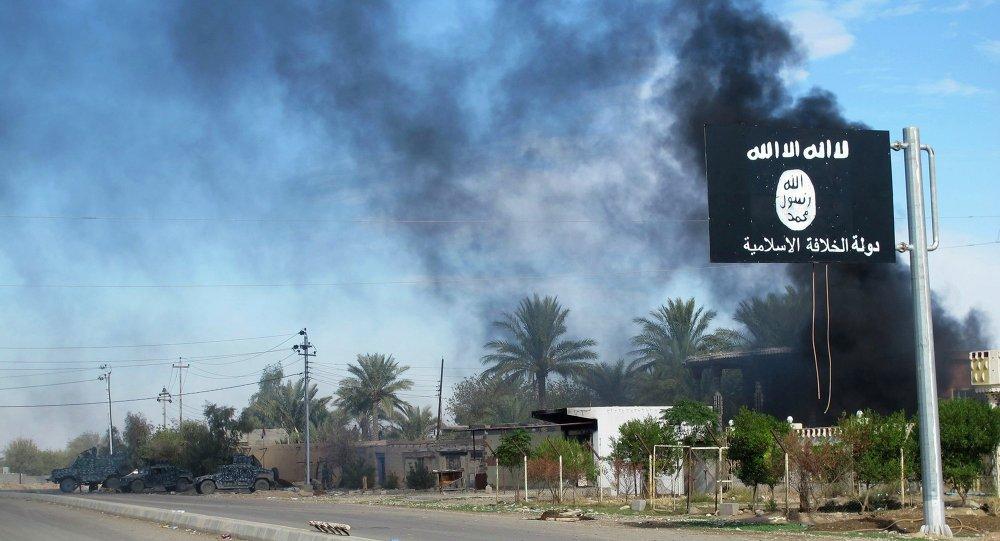 Fumée soulève derrière un drapeau de l'Etat islamique