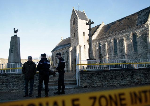 Des gens d'armes dans le cimetière chrétien de Tracy-sur-Mer, dans le Calvados