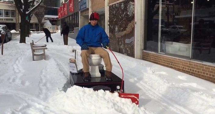 Un Américain déblaie la neige sur son WC motorisé